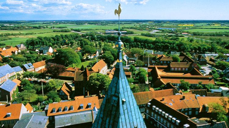 イメージスライド7 村の尖塔と風見鶏